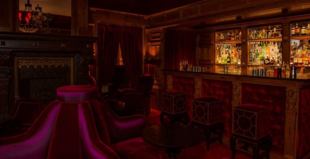 To ατμοσφαιρικό μπαρ του Maison Souquet.